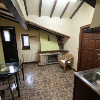 cocina-comedor-chimenea-casa-rural-4pax